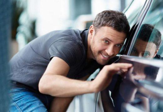 мужчина присматривает машину