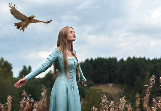 птица летит за девушкой