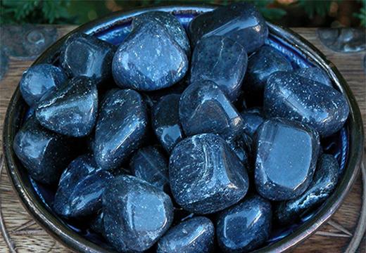 темные камни