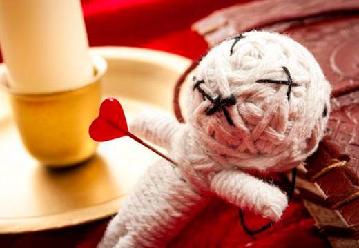 кукла с иглой в сердце