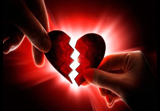 девушка соединяет половинки сердца
