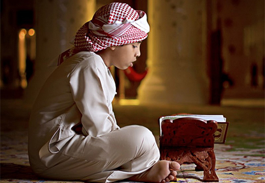 мальчик читает коран