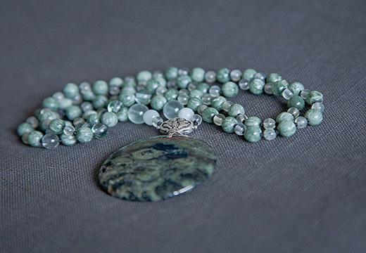 ожерелье из пренитов