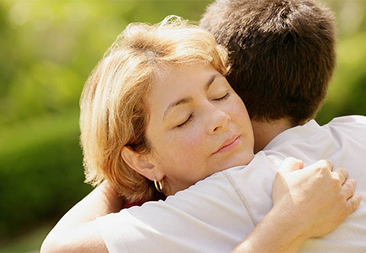 женщина обнимает сына