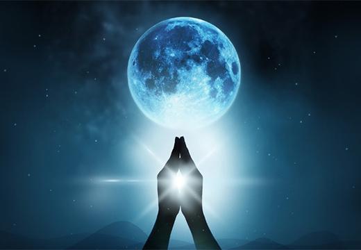 сложенные руки и луна