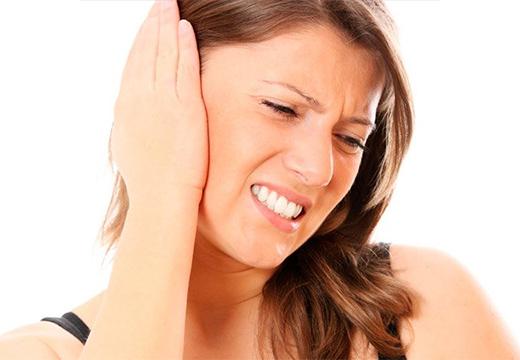 у женщины болит ухо