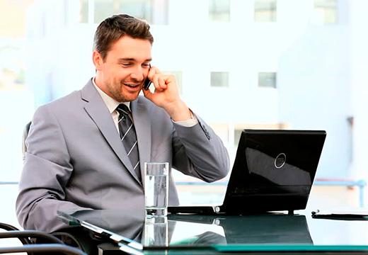 мужчина перед ноутбуком