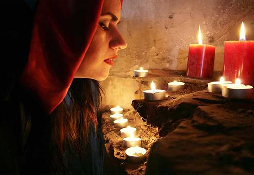 женщина со свечами