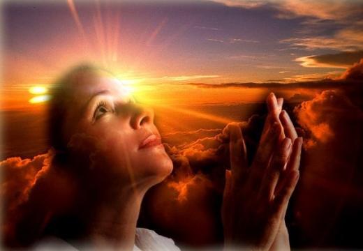 девушка молиться