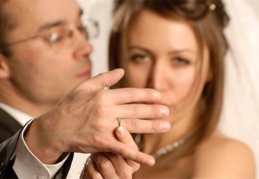 девушка держит руку мужчины