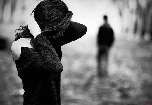 девушка на фоне уходящего мужчины