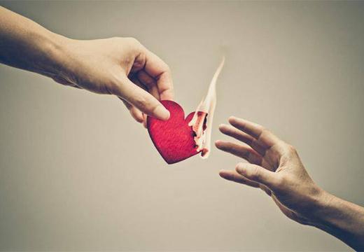 бумажное сердце горит