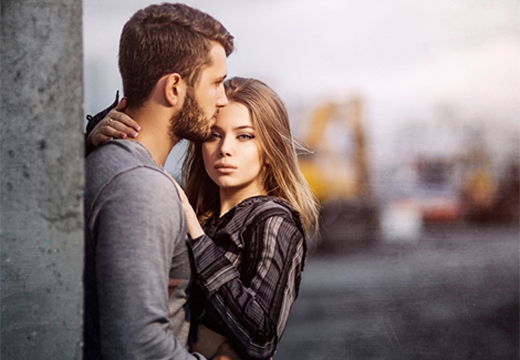 девушка обнимает парня