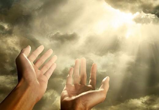 руки протянуты к небу