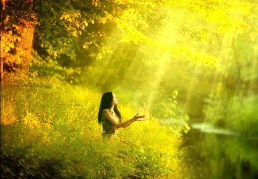 Девушка в лучах солнца