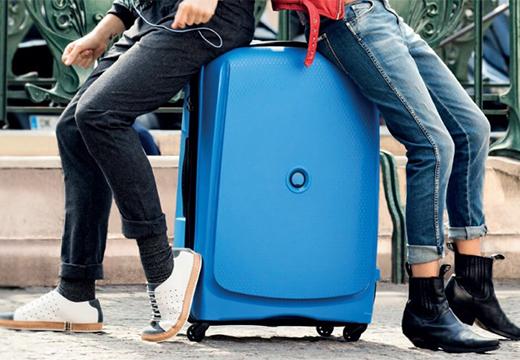 люди сидят на чемодане