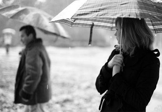 люди под зонтами