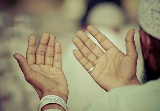 руки сложены для молитвы