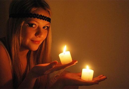 девушка со свечами
