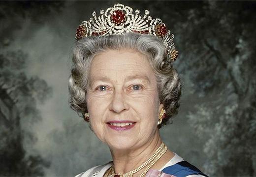 тиара с рубинами на королеве