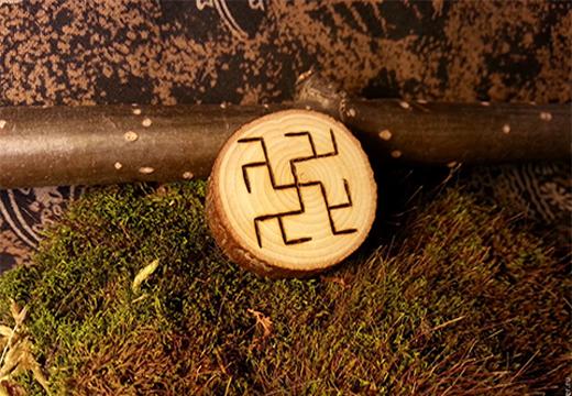 символ на деревянной пластинке