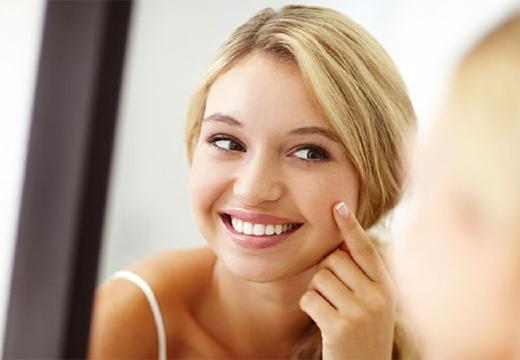 девушка улыбается в зеркало