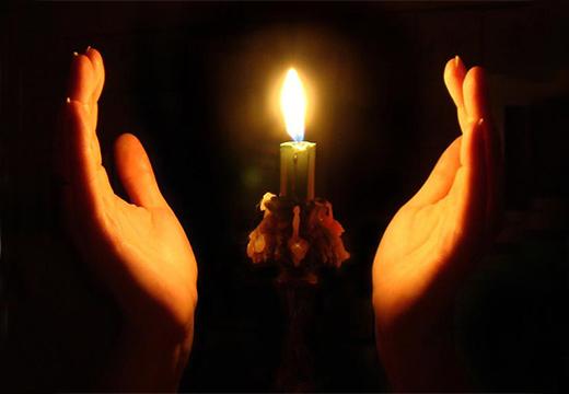 руки возле свечи