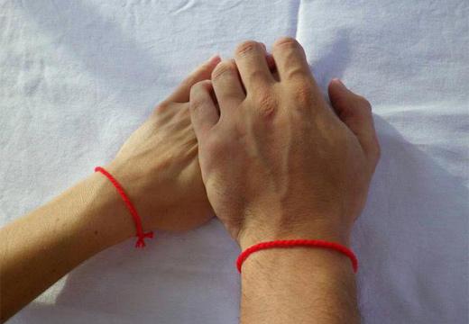 руки с красными нитями