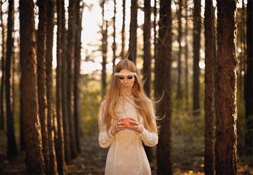 девушка проводит ритуал