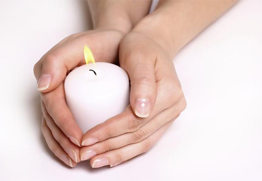 руки и свеча