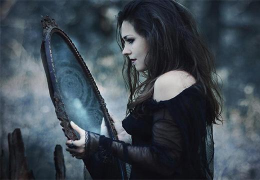 девушка держит зеркало