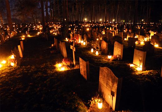 свечи на кладбище