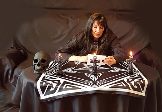 ведьма проводит приворот