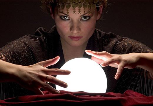 девушка и магический шар