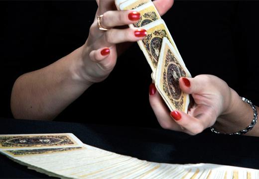 руки и колода карт