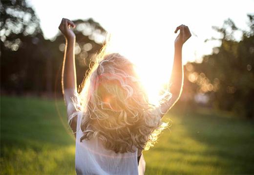 девушка встречает солнце