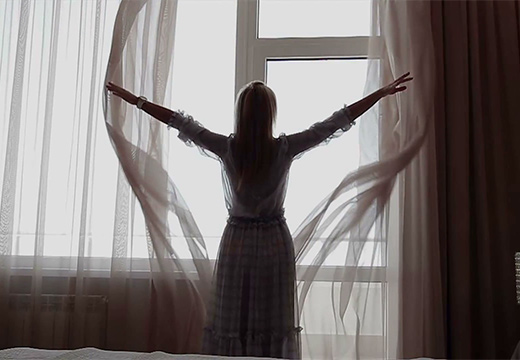 девушка распахнула шторы