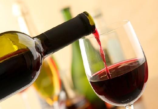 наливают вино в бокал