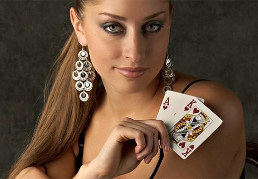 девушка держит карты