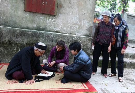 люди сидят на ковре