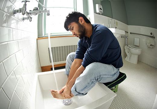 парень омывает ноги