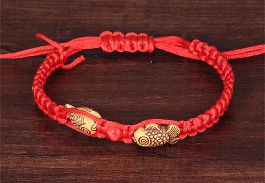 красный браслет с рыбками