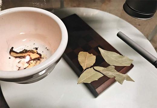 чаша и лавровые листья