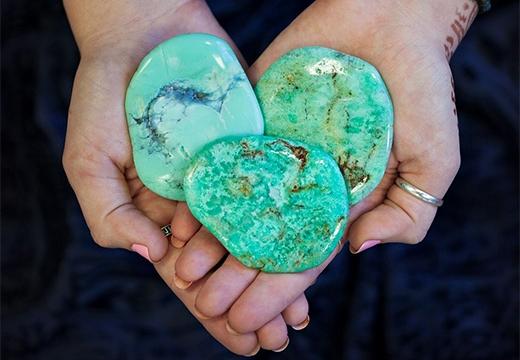 минералы в руках
