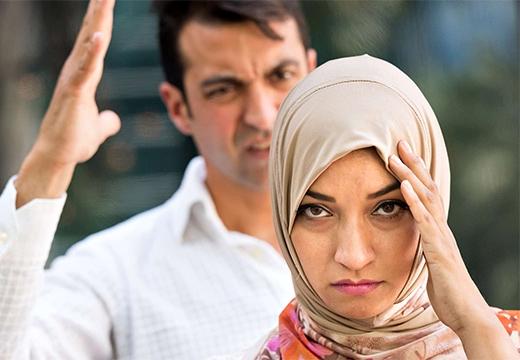 мужчина ругается на женщину