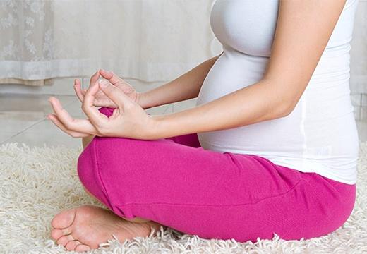беременная девушка медитирует