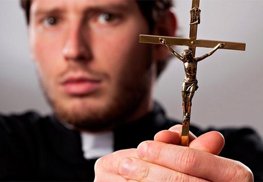 священник и крест