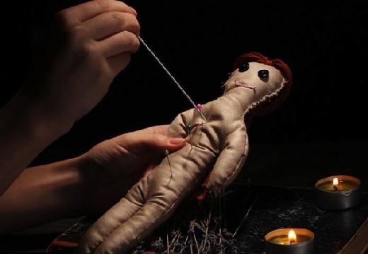 кукла с иголками