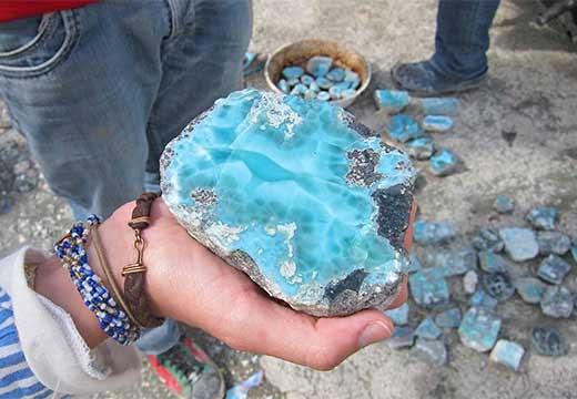 камень в руке