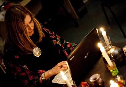 девушка и ноутбук
